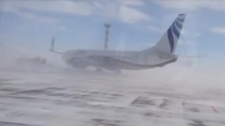 Un vendaval mueve un Boeing en un aeropuerto ruso