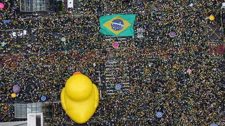 Manifestantes participan en la protesta contra la presidenta de Brasil Dilma Rousseff en São Paulo (Brasil) el 13 de marzo de 2016
