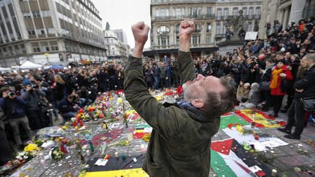 Un hombre rinde homenaje a las víctimas de los atentados en Bruselas, Bélgica, el 23 de marzo de 2016