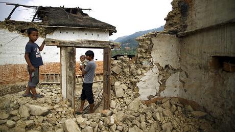 Unas víctimas del terremoto en Nepal, cerca de su casa destruida en las proximidades de Lalitpur, India.