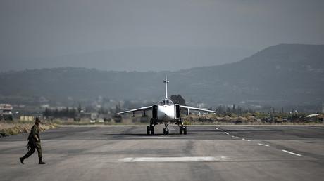 Un bombardero ruso Sukhoi Su-24 en la base aérea Jmeimim en la provincia siria de Latakia, el 10 de marzo de 2016