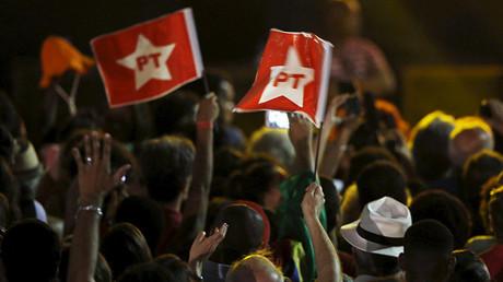 Manifestantes portan banderas del Partido de los Trabajadores en una marcha en apoyo a Dilma Rousseff en Río de Janeiro