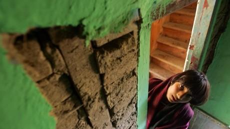 Una niña superviviente de un fuerte terremoto en Cachemira (India) encontró un lugar seguro en su casa.