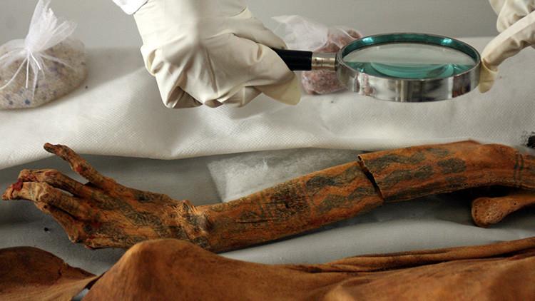 Una momia con tatuajes de flores y animales desconcierta a los arqueólogos