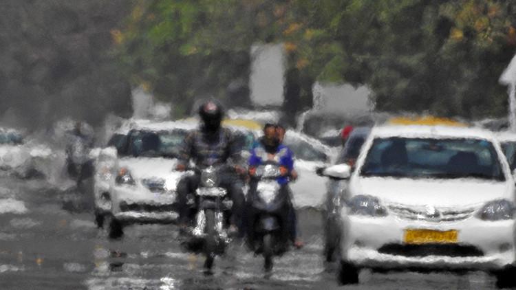 Una fuerte ola de calor derrite las calles de India (video)
