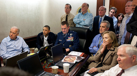 El presidente de EE.UU., Barack Obama (segundo por la izquierda) recibe informes sobre la misión para capturar a Osama Bin Laden en compañía de varios miembros del equipo de Seguridad Nacional. 1 de mayo de 2011.
