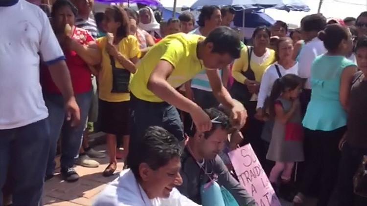 """México: Rapan y humillan a maestros """"traidores"""" por no participar de una huelga (Video)"""