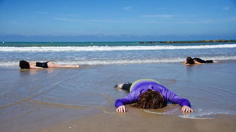 FOTOS: Playa de Cádiz se cubre de 'cadáveres' recreando la tragedia de refugiados en la costa libia