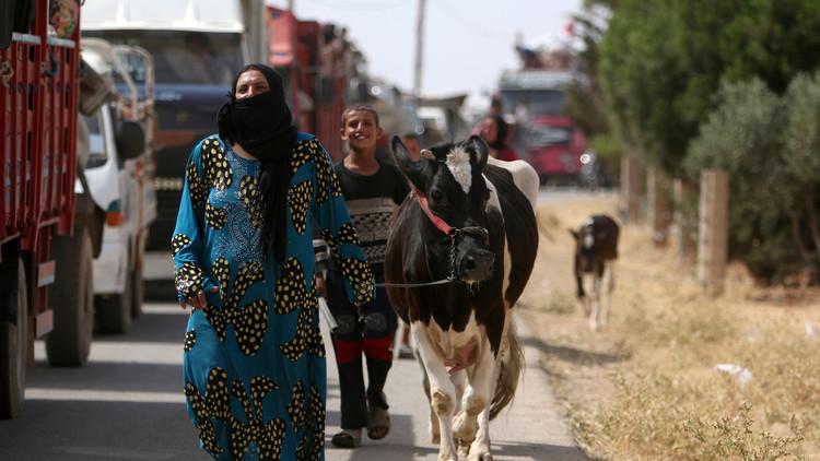 Miles de civiles escapan del Estado Islámico en la ciudad siria de Manbiy (video)
