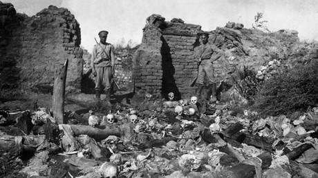Soldados de las Primera Guerra Mundial contemplan cráneos de víctimas del genocidio en la aldea armenia de Sheyxalan, en Turquía.