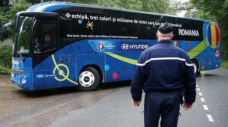 Un policía acompaña a un autobus con la selección de Rumania / 5 de junio de 2016