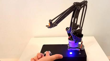 Este robot es capaz de pinchar intencionalmente el dedo de una persona si así lo decide.