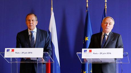 El canciller francés, Jean-Marc Ayrault y su homólogo ruso, Serguéi Lavrov, comparecen en rueda de prensa tras su reunión en París, Francia, el 29 de junio de 2016.