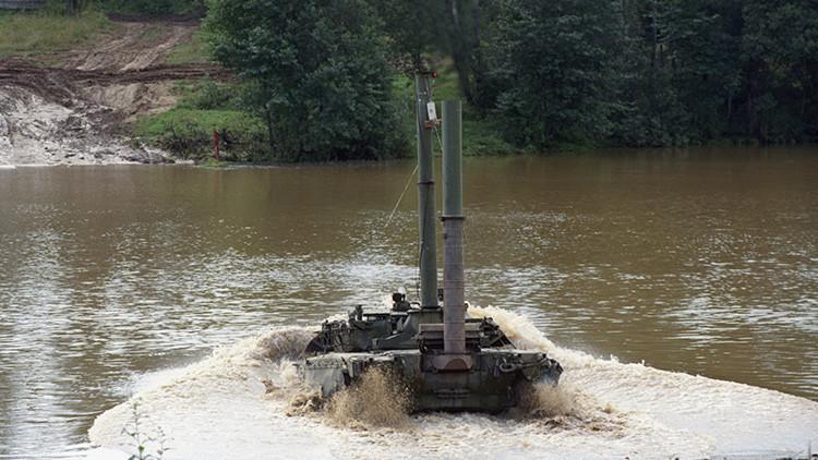 ¿Cómo es conducir un tanque bajo el agua? (Video)