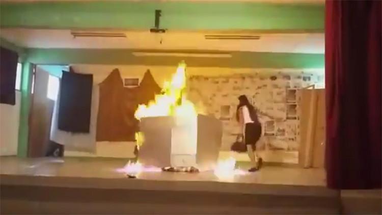 Un video muestra cómo un incendio afectó a dos estudiantes mexicanas en plena obra de teatro