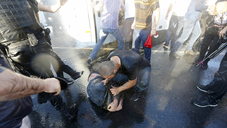 IMÁGENES CHOCANTES: Civiles turcos azotan a los golpistas en el Puente del Bósforo