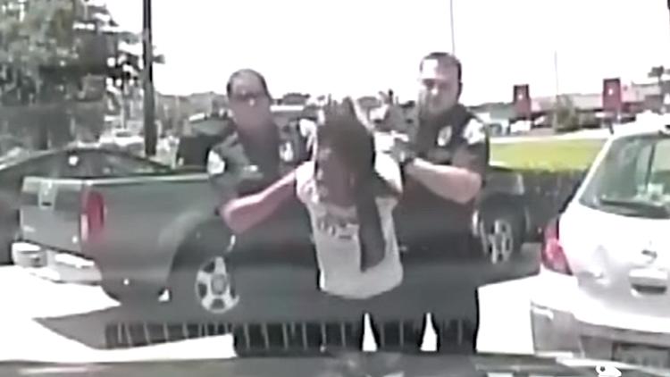 VIDEO: Policías de EE.UU. detienen brutalmente a una maestra afroamericana