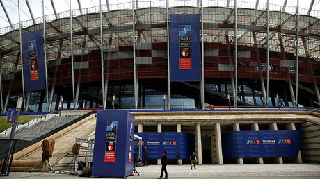 Agentes de seguridad polacos frente al Estadio Nacional de Varsovia, que albergará la cumbre de la OTAN, 6 de julio de 2016.