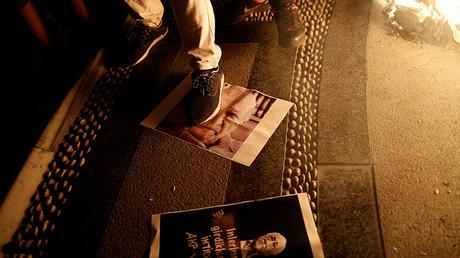 Un seguidor del presidente Tayyip Erdogan pisa una foto del clérigo Fethullah Gulen en una manifestación progubernamental