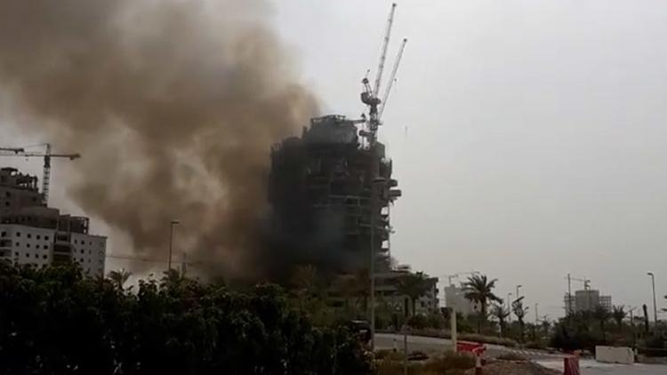Emiratos Árabes: se incendia en Dubái un lujoso rascacielos en construcción (video)
