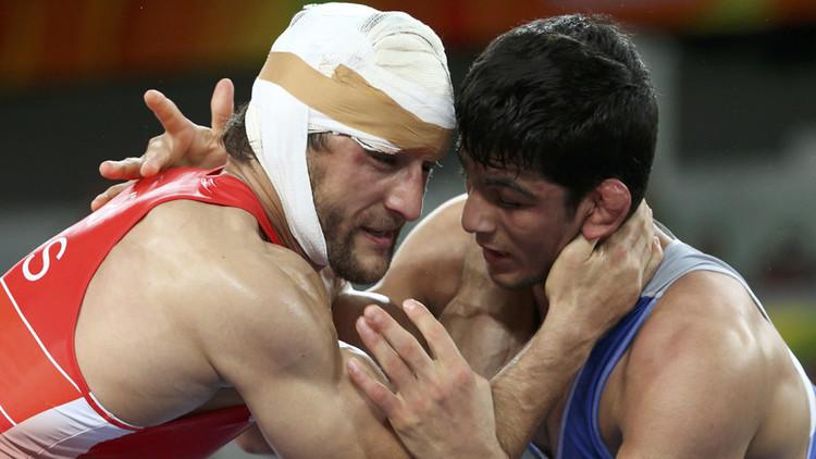 Ensangrentado y 'momificado', un ruso consigue la plata en lucha libre (FOTOS 18+)