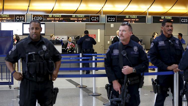 Pánico y confusión por presunto tiroteo en el aeropuerto principal de Los Ángeles