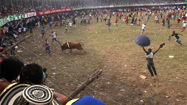 FUERTES IMÁGENES (18+): Un toro cornea, arrastra y mata a un joven durante una fiesta en Colombia