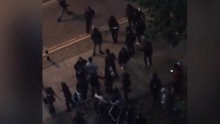 Video: Unos 100 escolares se enzarzan a golpes en una masiva reyerta callejera