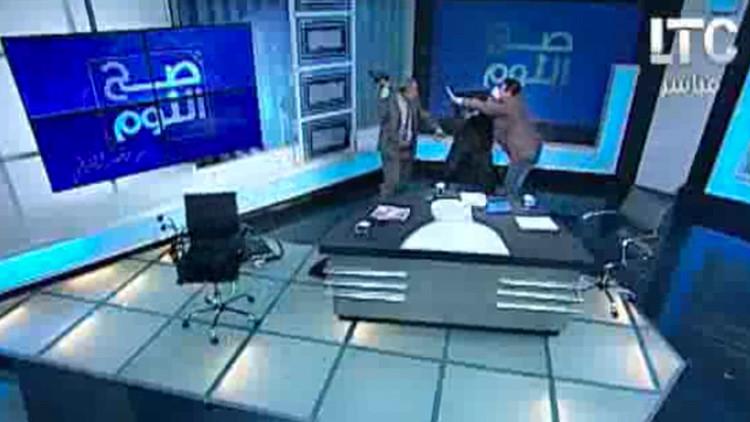 """""""Lucha libre en medio del estudio"""": abogado golpea en vivo a un imán con un zapato (Video)"""