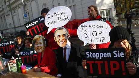 Protesta contra el TTIP con motivo de la participación del presidente estadounidense, Barack Obama, y la canciller alemana, Angela Merkel, en la ceremonia de apertura de la Feria de Hannover. 24 de abril de 2016
