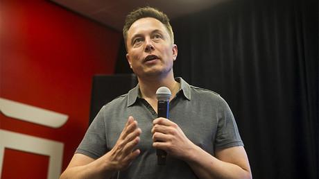 El director ejecutivo de Tesla Elon Musk habla de las nuevas características del piloto automático durante un evento de Tesla en Palo Alto, California, el 14 de octubre 2015.