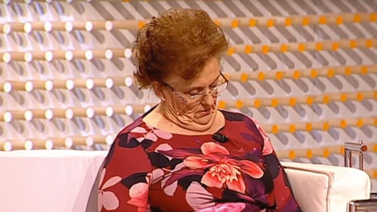 Video: Un presentador de televisión gasta una insólita broma a una mujer que se durmió en directo