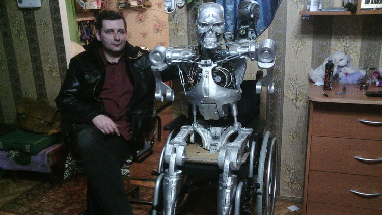 VIDEO: Un ruso 'imprime' en su casa una réplica de 'Terminator' que habla y reconoce caras