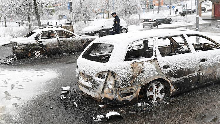 Videos: Coches en llamas en los disturbios contra la Policía en Estocolmo