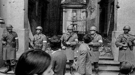 Militares custodian el palacio presidencial La Moneda, en Chile, tras el golpe de Estado de Augusto Pinochet, en 1973