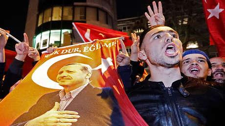 Manifestantes ante el consulado de Turquía en Róterdam, Países Bajos, el 11 de marzo de 2017.