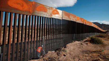 Trabajador de EE.UU. inspecciona parte del muro con México.