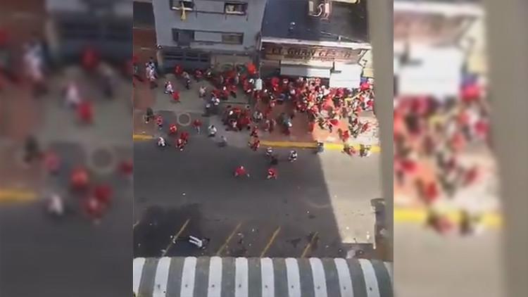 FUERTE VIDEO: Herida grave una mujer al golpearle una botella arrojada contra la marcha chavista