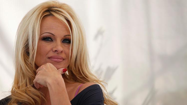 """""""Bombardean naciones"""": Pamela Anderson critica la política de EE.UU. y el Reino Unido con un poema"""