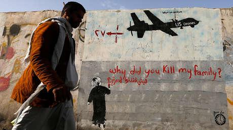 Un hombre pasa por delante de un grafiti que denuncia los ataques con drones estadounidenses. Noviembre de 2014