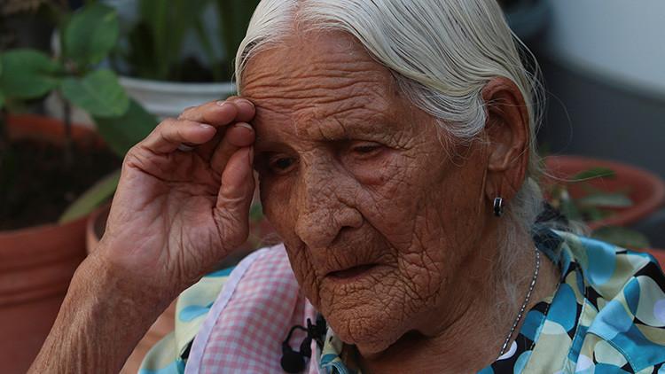 """Banco le niega una tarjeta con su pensión a una mujer mexicana por ser """"demasiado vieja"""""""