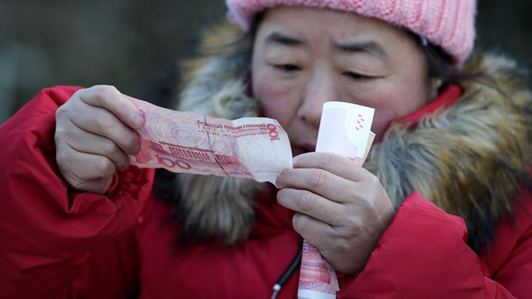 El yuan chino cae aún más en las bolsas
