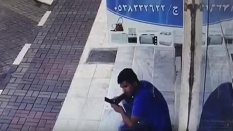 Trágico final de un joven que miraba su celular en el lugar equivocado