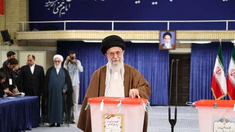 El líder supremo de Irán, Alí Hoseiní Jamenei, deposita su voto en las elecciones del 19 de mayo de 2017.