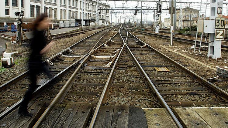 Un hombre ata a su esposa a las vías del tren el día de su cumpleaños y ambos mueren arrollados