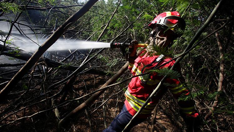 """""""Una noche y un día luchando"""": La foto viral de los bomberos portugueses que conmueve a la Red"""