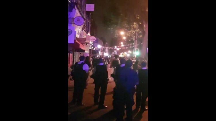 Video: La Policía se enfrenta a jóvenes armados con cuchillos y machetes en Londres