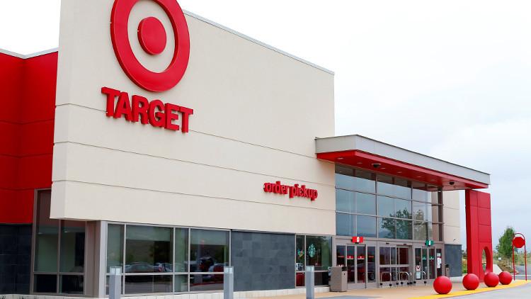 EE.UU.: Un hombre armado roba a una familia y la obliga a ir de compras junto con él