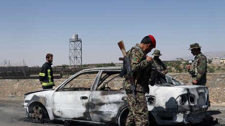 Fuerzas de seguridad afganas examinan un vehículo tras una explosión de bomba. 18.06.2017