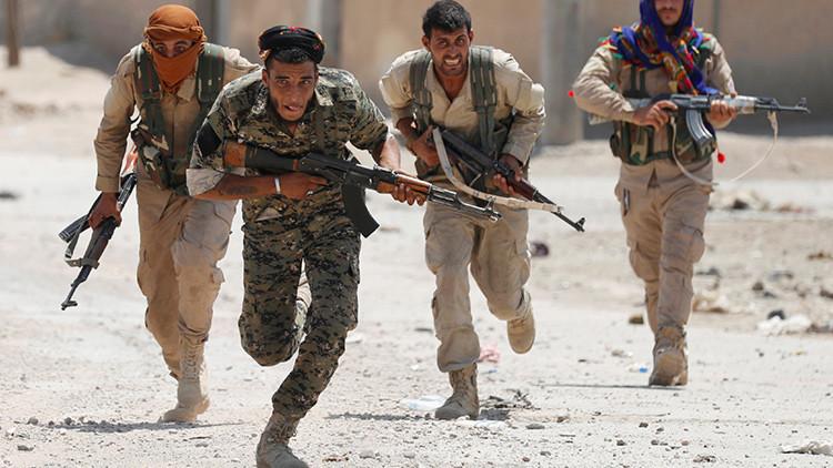 Los kurdos entran en la parte antigua de la capital del Estado Islámico en Siria